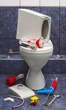 Bruten toalett för reparation royaltyfri fotografi