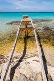 Bruten träFormentera för pirIlletes strand ö Arkivbild