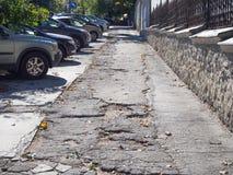 Bruten trottoar i staden chisinau moldova arkivbilder