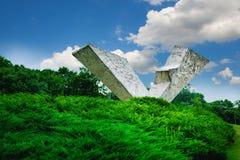 Bruten vinge eller avbruten flygmonument i Sumarice Memorial Park nära Kragujevac i Serbien Fotografering för Bildbyråer