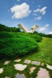 Bruten vinge eller avbruten flygmonument i Sumarice Memorial Park nära Kragujevac i Serbien Arkivbilder