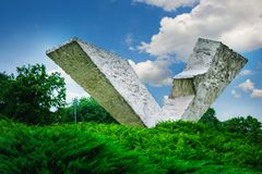 Bruten vinge eller avbruten flygmonument i Sumarice Memorial Park nära Kragujevac i Serbien Royaltyfri Bild