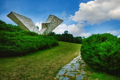 Bruten vinge eller avbruten flygmonument i Sumarice Memorial Park nära Kragujevac i Serbien Royaltyfri Foto