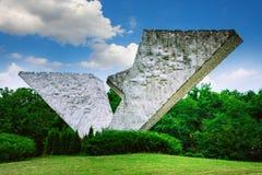 Bruten vinge eller avbruten flygmonument i Sumarice Memorial Park nära Kragujevac i Serbien Arkivfoto