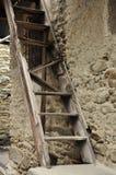 Bruten wood stege för gammal by och stenvägg Arkivbild