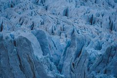 Bruten yttersida av blå is på en glaciär arkivbilder