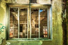 Brutet övergett ställe förstört fönster arkivbilder