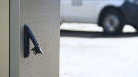 Brutet ATM-lås, röveriförsök som stjäler kassa från bankkonto, utredning royaltyfri fotografi