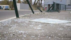Brutet bilexponeringsglas på asfalt på en bilolycka lager videofilmer