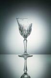 Brutet crystal exponeringsglas med reflexion på vit upplyst backg Fotografering för Bildbyråer
