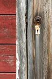 Brutet dörrhandtag och gammalt lås på spökstad i Kennicott, tyvärr arkivbilder