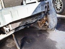 Brutet element av det kraschade bilslutet upp arkivfoto