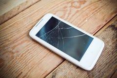 Brutet exponeringsglas av den smarta telefonen Arkivbild