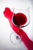 Brutet exponeringsglas av rött vin, ett symbol av förlusten Royaltyfri Foto
