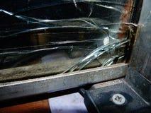 Brutet exponeringsglas i fönstret i en stolpe - kontor Arkivbild