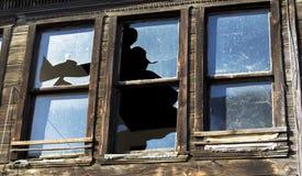 Brutet exponeringsglas i gammalt träfönster i ett övergett hus i Istanbul royaltyfria bilder