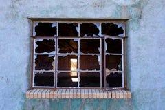 Brutet fönster royaltyfria bilder
