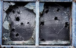 Brutet fönster royaltyfri bild