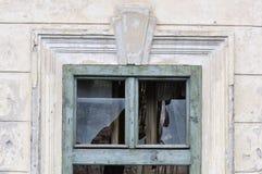 Brutet fönster från övergett hus royaltyfri foto