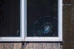Brutet fönster i byggnad arkivbilder