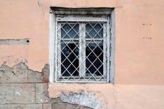 Brutet fönster i det övergav huset royaltyfri foto