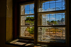 Brutet fönster i det övergav huset, HDR bild Arkivbilder