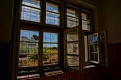 Brutet fönster i det övergav huset, HDR bild Arkivbild