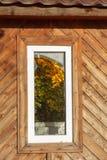 Brutet fönster i en övergiven träbyggnad royaltyfria bilder