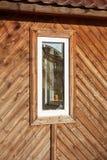 Brutet fönster i en övergiven träbyggnad arkivfoton
