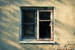 Brutet fönster på den gula väggen royaltyfri fotografi