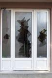Brutet fönster på en dörr Royaltyfria Bilder