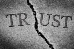 Brutet förtroende som illustreras med sprucken betong Royaltyfri Fotografi