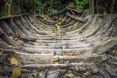 Brutet fartyg i skogen Arkivfoto