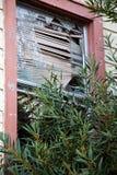 Brutet fönster i en övergiven byggnad Arkivbild