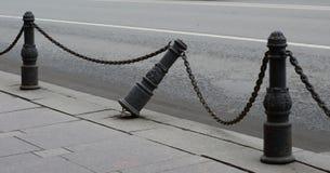 Brutet gammalt trottoarstaket arkivbild