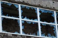 Brutet glass fönster av vandaler i Kiev Royaltyfri Foto