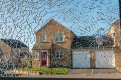 Brutet glass fönster i hushem Royaltyfri Foto