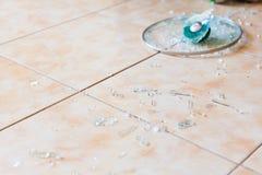 Brutet glass lock på golvet royaltyfri bild