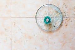 Brutet glass lock på golvet royaltyfri fotografi