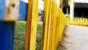 Brutet gult staket royaltyfri bild
