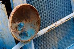 Brutet head ljus av den gamla rostiga bilen Fotografering för Bildbyråer
