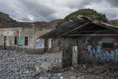 Brutet hus med grafitti Arkivbilder