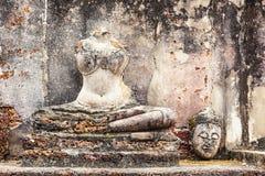 Brutet in i stycken gamla buddha Sukhothai, Thailand Fotografering för Bildbyråer