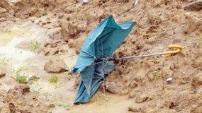 Brutet paraply efter stormar och floder Arkivbild
