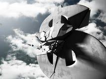 Brutet stendollarsymbol på mörk himmelbakgrund Fotografering för Bildbyråer