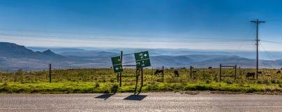 Brutet vägmärke i landskap av Sydafrika Arkivbilder