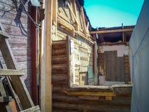 Brutet wood hus Arkivfoto
