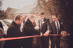Bräutigam mit Trauzeugen und Groomsmen gehen zur Braut an der Hochzeit Stockbilder