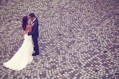 Bräutigam und Braut auf Ziegelsteinpflasterung Lizenzfreies Stockbild