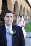 Bräutigam vor Braut an der Hochzeit Stockfotografie